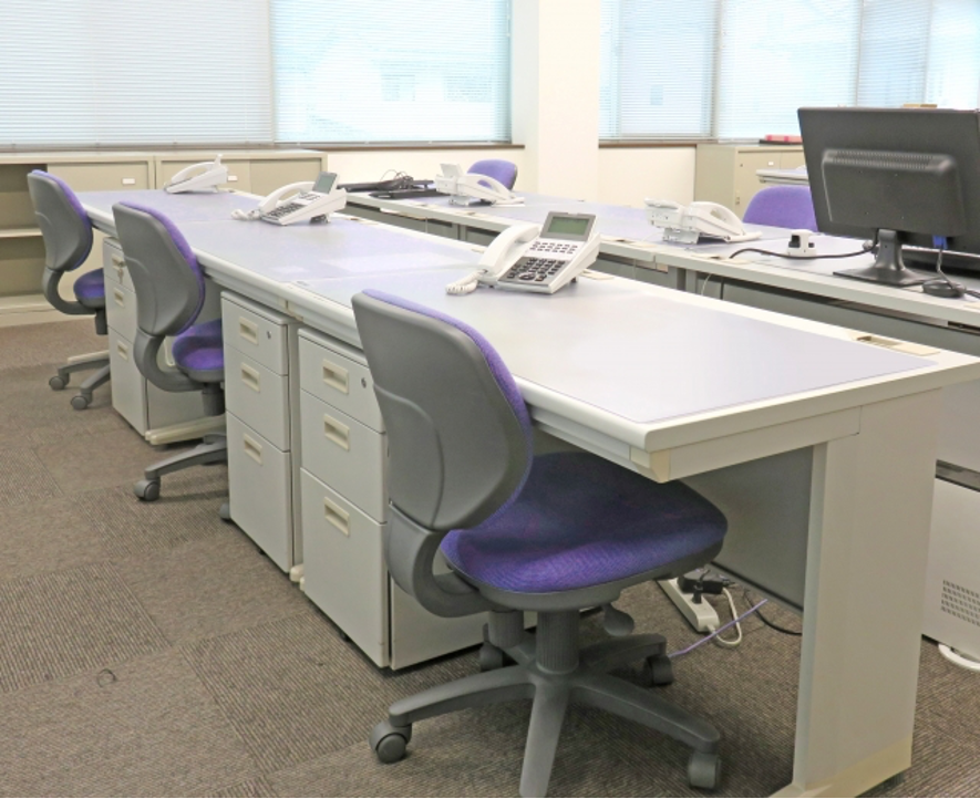 オフィスの机と椅子